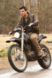 Foto CREPUSCULO AMANECER: Jacob en moto (Taylor Lautner)